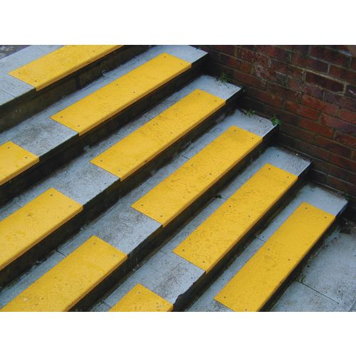 Yellow S/S Tread With Nosing 600x80 + 20mm